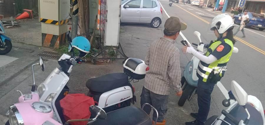 竹南分局加強取締騎電動車未戴安全帽者。〔竹南分局提供/謝明俊苗栗傳真〕