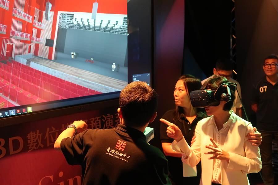 文化部長鄭麗君3日於文化科技論壇,體驗「3D數位模擬預演系統」,用VR親臨劇場,事先幫表演「抓蟲」。(許文貞攝)