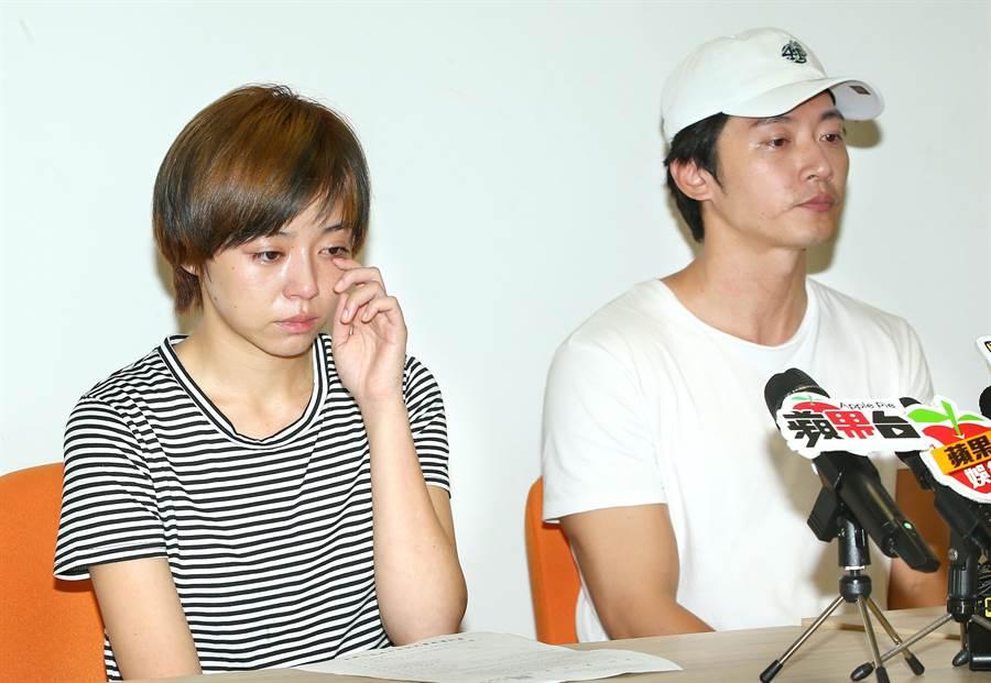王瞳(左)记者会上泪崩。粘耿豪摄