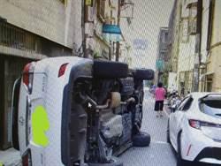 巷弄狹窄擦撞翻覆 網笑翻:車車喝醉了嗎?