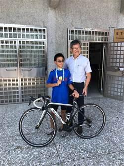 自由車手嚮往讀甲中 校長蕭建華贈體育服預約他