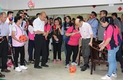 韓國瑜慰訪長青中心 與長輩溫馨互動