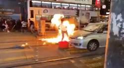 疑似員警被砸中汽油彈 燒成一團火球
