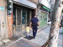 愛笑男童迷航 警察哥哥大手牽小手回警局