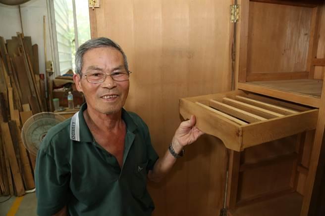 75歲全能改造王侯阿尚,幫助廢棄家具找回新生命。(張毓翎攝)