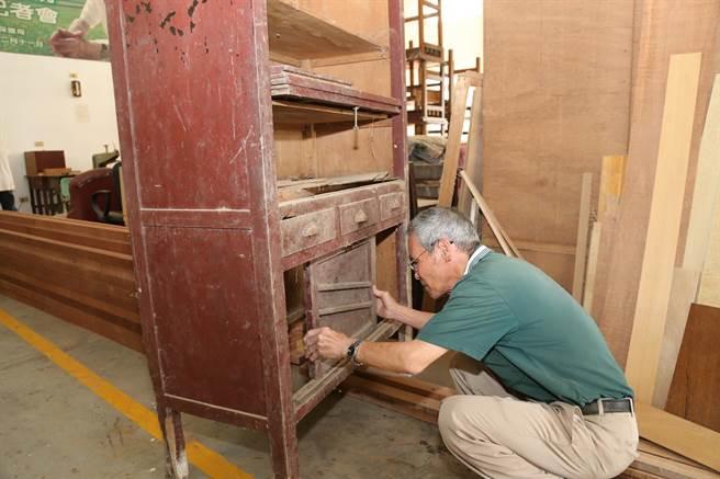 侯阿尚擅長修復以台灣紅檜製成的木櫃。(張毓翎攝)