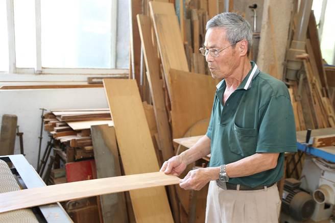 侯阿尚從14歲開始學藝,花了3年4個月時間才「出師」,成為匠人的他,原先從事木工及裝潢業。(張毓翎攝)