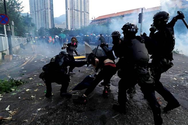 10月1日大陸慶祝建政70周年,香港卻發生抗爭民眾遭港警真槍實彈回擊事件,一名高二生左胸中彈送醫,引發全世界關注,分析師認為,香港局勢已到了無法回頭的地步,前景悲觀。圖為10月1日當天香港街頭警民衝突的畫面。(圖/路透社)