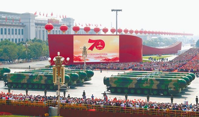 10月1日,中共建政70周年閱兵在北京天安門廣場舉行,東風-41方隊接受檢閱。(新華社)