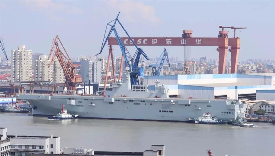 中共075兩棲攻擊艦目前還沒有做為輕航母的打算,主要還是專注於兩棲登陸功能。(圖/新浪軍事)