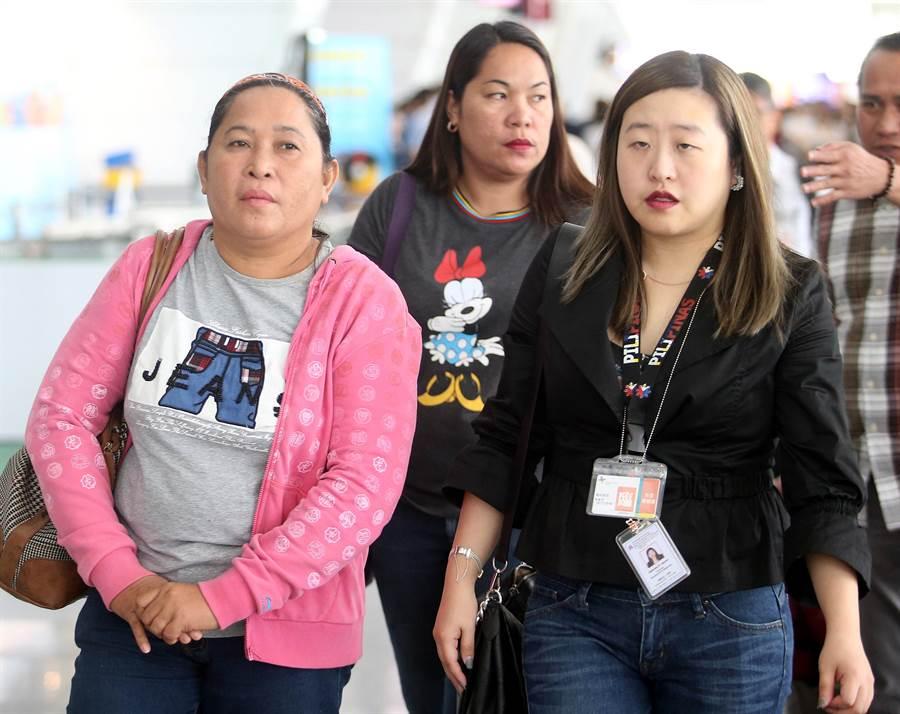 南方澳斷橋意外造成6名外籍漁工不幸喪生,死者Impang George Jagmis妻子(左)及小姨子(中)搭機抵台,在馬尼拉經濟文化辦事處人員(右)陪同下前往宜蘭處理後事。(范揚光攝)