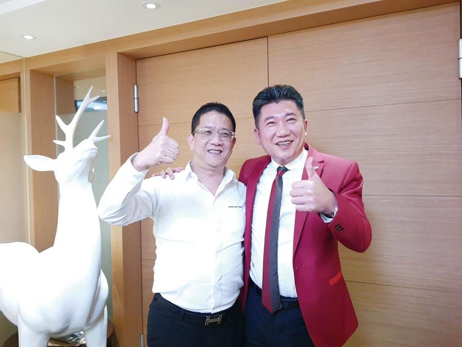 台北的創意家董事長王明正(右)與高雄的泰嘉開發總經理呂金發(左),3日宣布合組公司,進軍南台灣房市。圖/顏瑞田