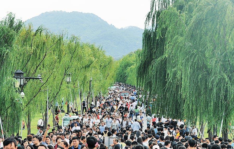 10月1日,杭州西湖景區迎來旅遊觀光高峰。(中新社)