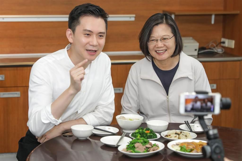 民進黨立委參選人鄭朝方(左)和總統蔡英文(右)直播介紹客家美食。(羅浚濱攝)