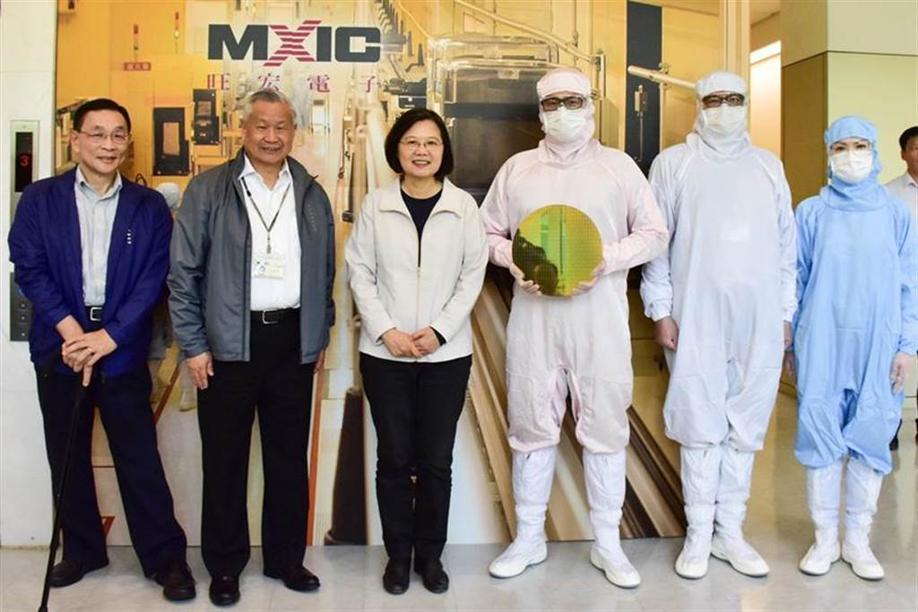 總統蔡英文參訪旺宏電子,由董事長吳敏求、總經理盧志遠親自接待。(圖/業者提供)
