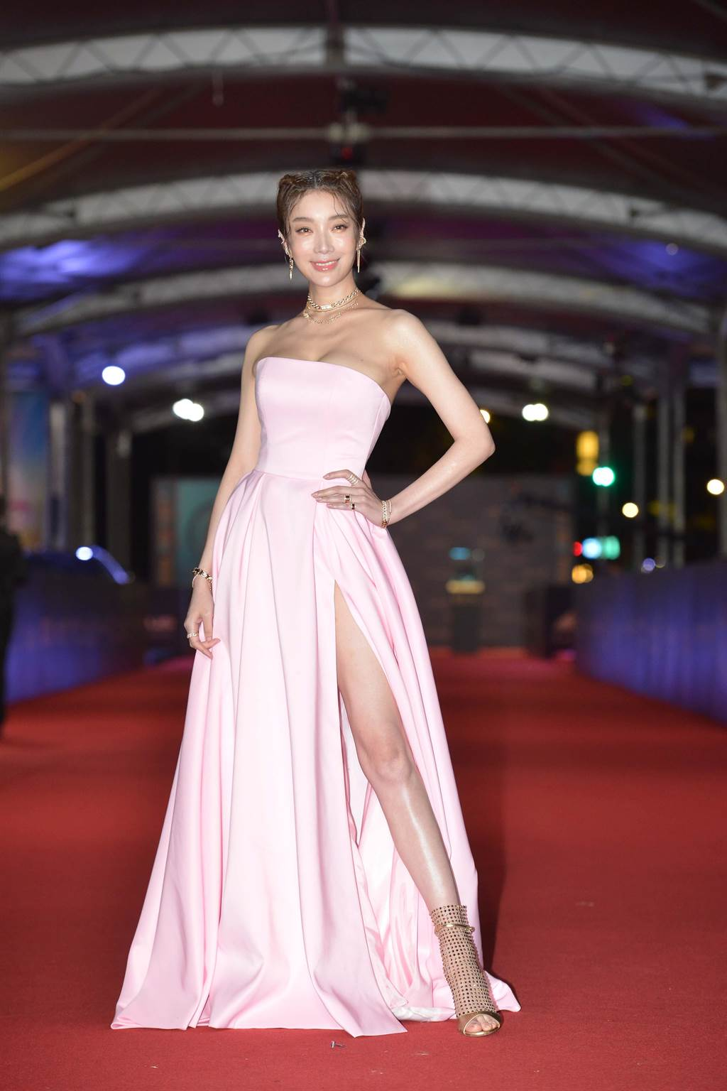 蔡淑臻穿服裝設計師林薇Linwei-Wedding粉紅色訂製禮服走紅毯。(本報攝影組)