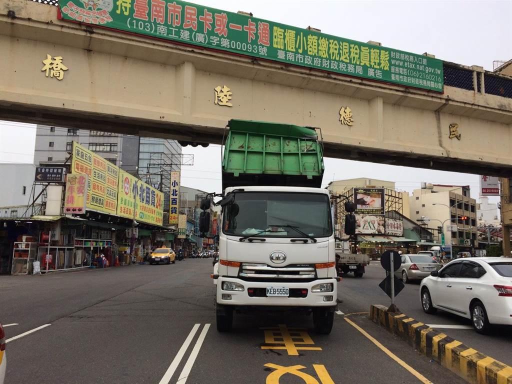 大貨車忘了將車斗放下,撞上陸橋。(台南市五分局提供)