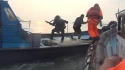 超驚險!海巡海面追逐戰曝光 制伏過程險落海