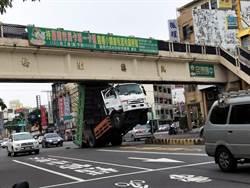 忘降車斗就開車 大貨車卡路橋翹起懸空