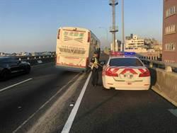遊覽車輪胎脫落 砸中國道警察巡邏車