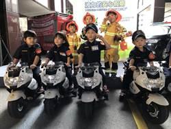 迷你波麗士、消防員宣導交通安全 群眾搶拍