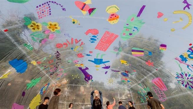 「巨蛋計畫」民眾可在透明巨蛋裡,用畫筆表達自我,盡情揮灑創作。(台北市文化局提供/游念育台北傳真)