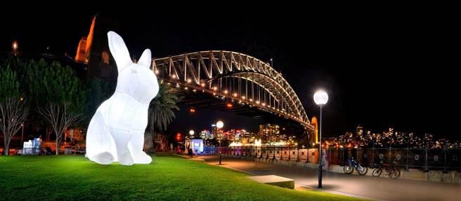 「白晝之夜」最吸睛的作品「打攪」,也將在美堤河濱公園亮相,高達7公尺的可愛小白兔是小朋友們的最愛。(台北市文化局提供/游念育台北傳真)