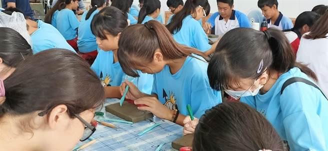 苑裡在地高中國中部美術班的學子,以「經典小鎮苑裡風華」為主題,創作磚雕展出。(主辦單位提供/陳世宗台中傳真)