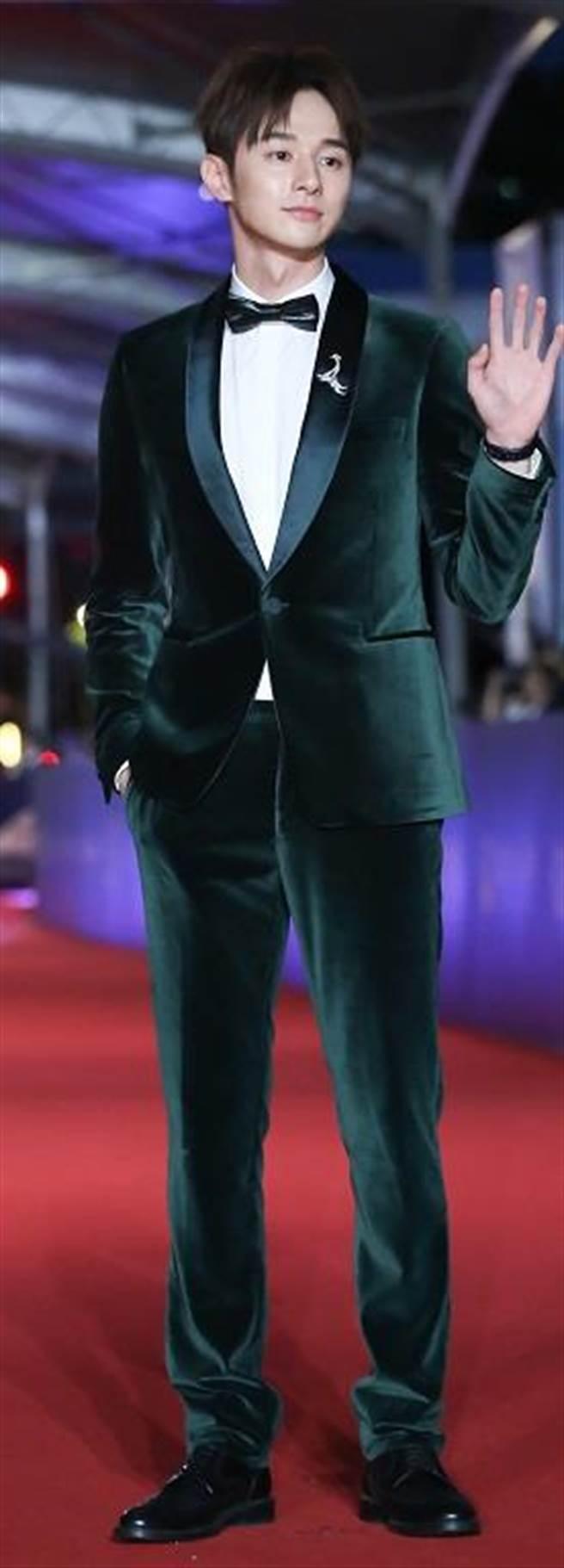 向來是乖乖牌張軒睿挑戰Paul Smith綠色絲絨西裝,詮釋悶騷時尚。