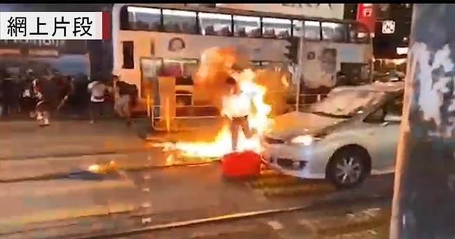 一名疑為便衣警的男子被投擲汽油彈。(翻攝網路)
