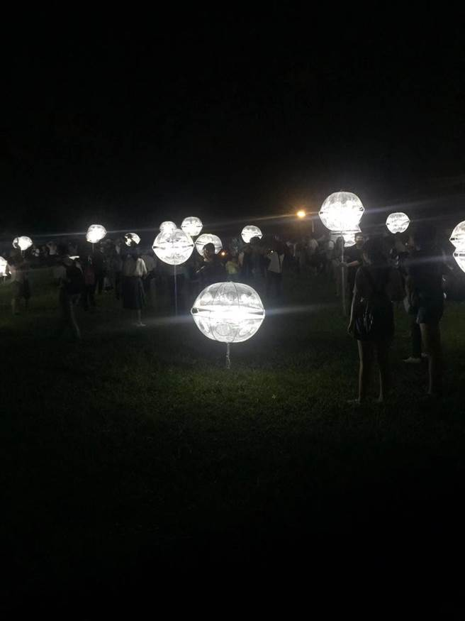 台北地景裝置藝術「蒲公英」受到民眾的歡迎,小朋友們也紛紛搶著拍照。(游念育攝)