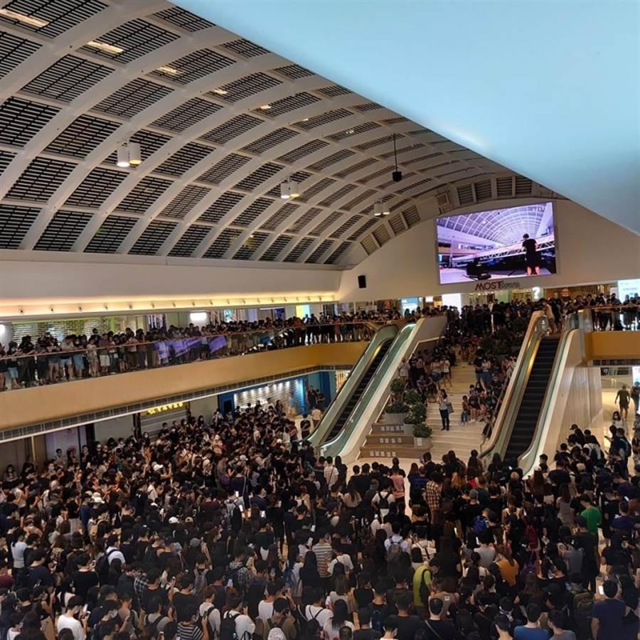 網上傳出聲稱是千人聚集新港城宣讀《香港臨時政府宣言》的圖片,時間顯為日間,與其他多張聲稱為民眾聚集宣讀宣言的照片一樣,真實性存疑。(圖/網路)
