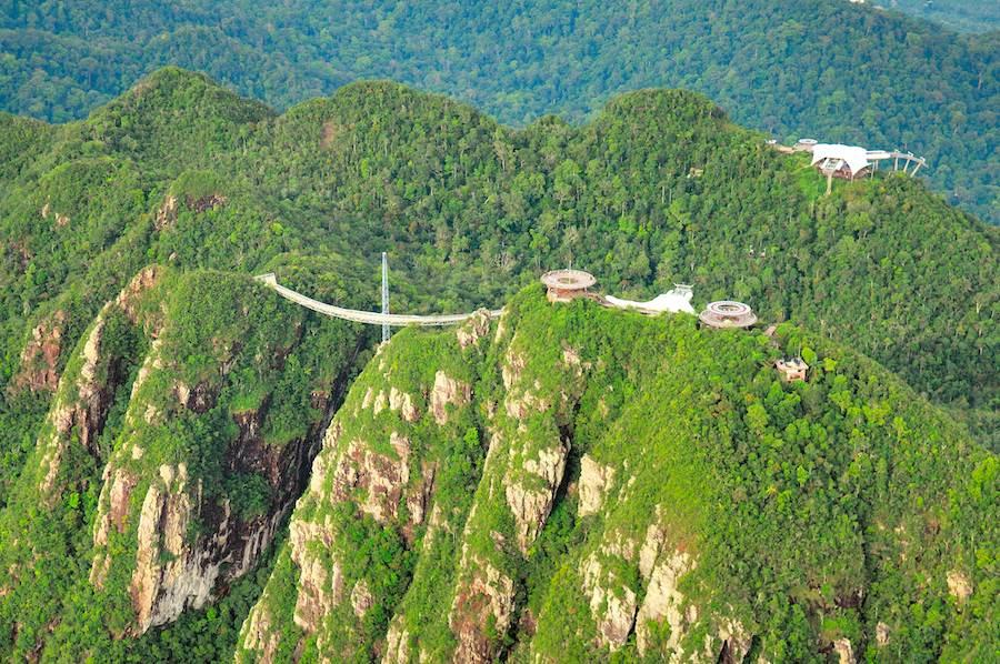 漫步在高687公尺的天空之橋上,仿佛走在山林中,又像是置身雲端,是旅遊經典也是網美熱門打卡點!(馬來西亞觀光局提供)