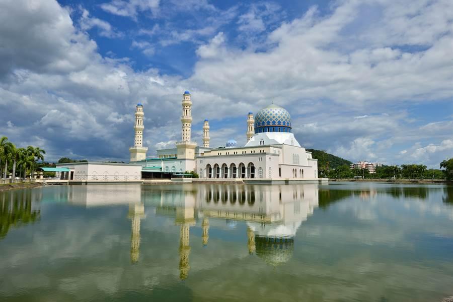從沙巴水上清真寺(Masjid Bandaraya Kota Kinabalu)遠眺即可看到斯邦加島,是被熱帶雨林遮蓋的秘境島嶼,適合大自然愛好者前來探索。(馬來西亞觀光局提供)