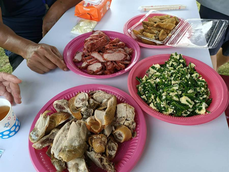 收容人阿義的母親今日也帶著酥炸柳葉魚、紅燒肉及家裡養的土雞肉。(張毓翎攝)