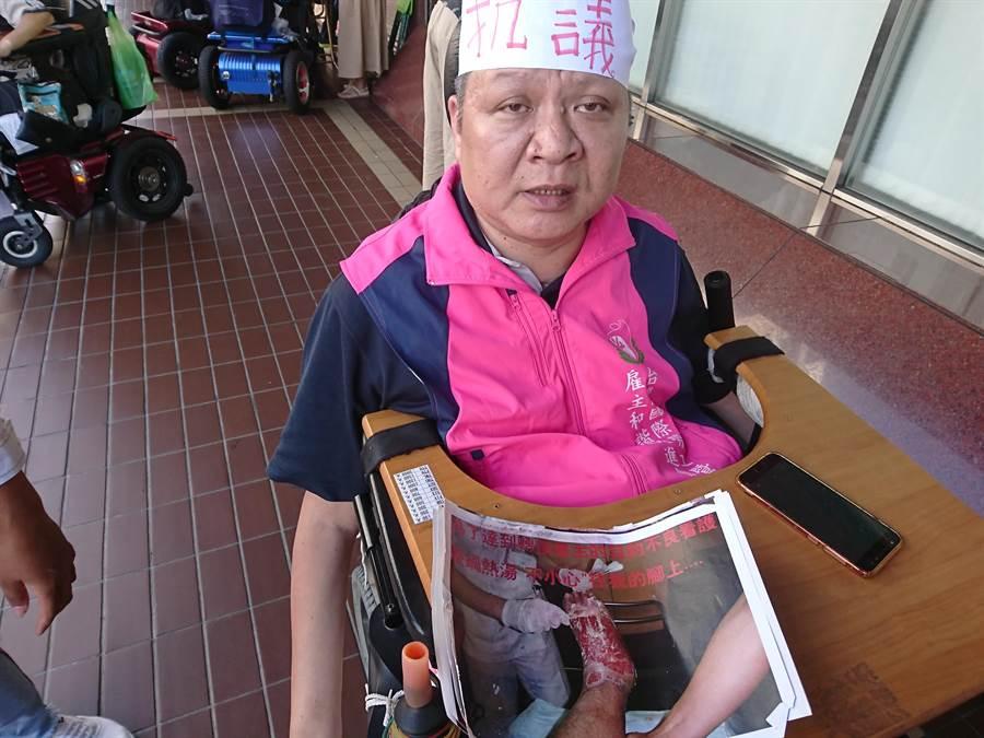 台灣國際勞工暨雇主和諧促進協會理事長賴昱菘訴說自己的遭遇與訴求。(廖德修攝)