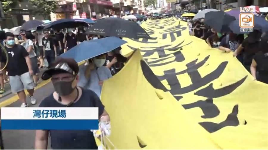 無視《禁蒙面法》,香港銅鑼灣逾500抗議群眾戴口罩遊行。(香港東網)