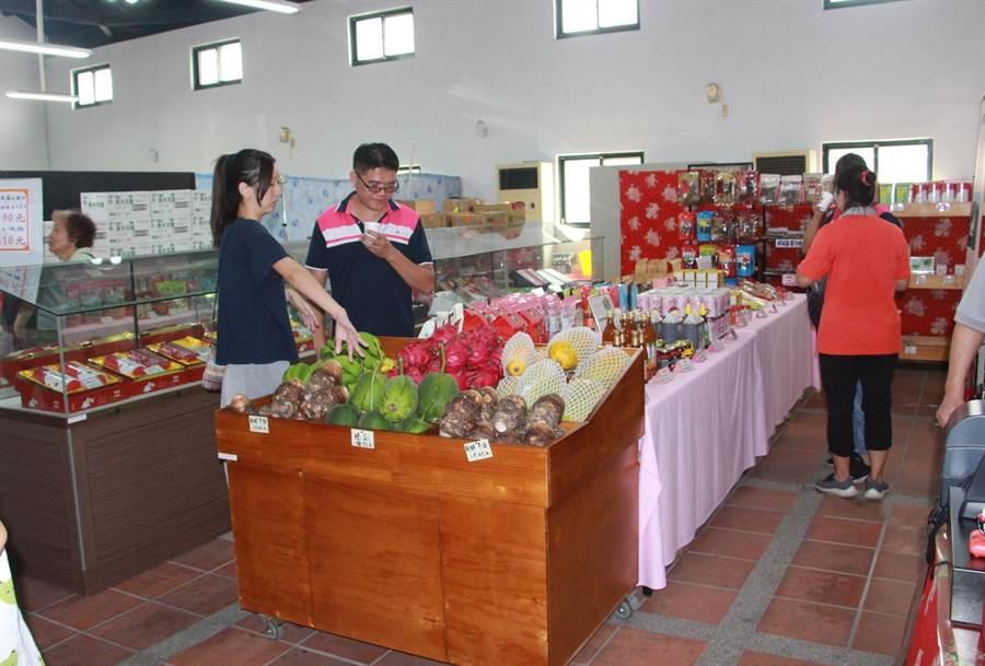 造橋鄉農會創立「農村社區小舖」,提供青農銷售平台,並公開食材來源與展銷履歷,讓消費者吃得安心。(何冠嫻攝)