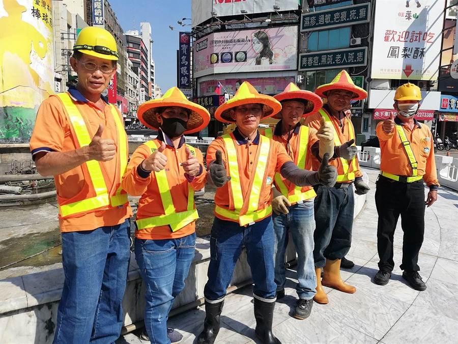 嘉義市環保局清潔隊人員清理噴水圓環,擦亮民主聖地地標的招牌。(嘉義市政府提供/廖素慧嘉義市傳真)
