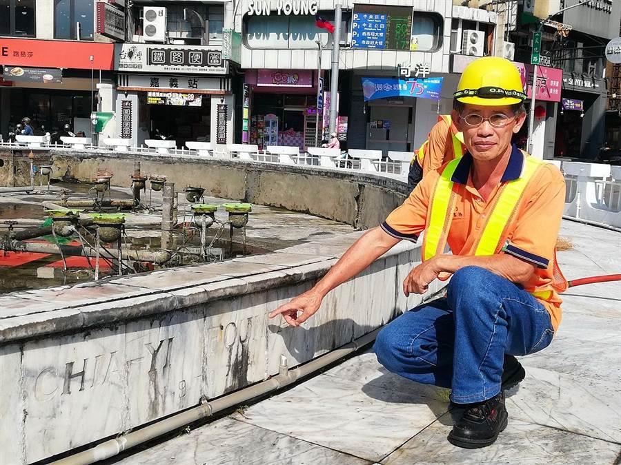 嘉義市環保局清潔隊清溝班長郭憲松說噴水池牆面要用布擦乾淨。(嘉義市政府提供/廖素慧嘉義市傳真)