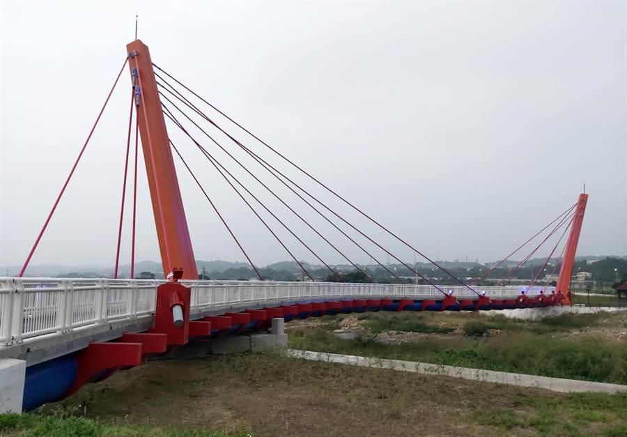 西湖溪整體環境營造計畫工程預計今年底完工,其中銅鑼段竹森橋上游新設景觀橋已完工並先行開放通行。(苗栗縣政府提供/何冠嫻苗栗傳真)