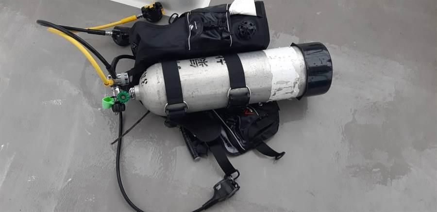搜救人員在佳樂水外海發現潛水裝備,疑失蹤潛水客留下。(翻攝畫面/林和生屏東傳真)