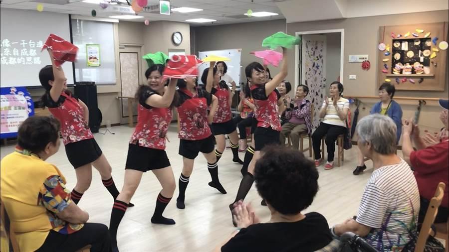 新北2019.10.05》▲志工媽媽們身穿客家傳統服飾表演動感舞蹈、敬老戲劇,獲得長輩們熱烈掌聲。(戴上容攝)