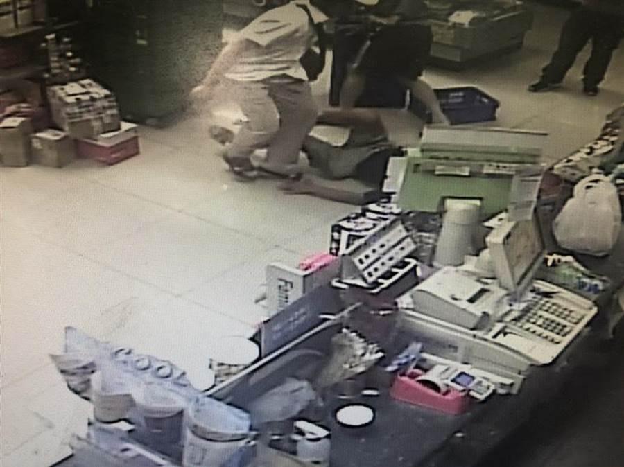 黃嫌(白衣者)酒後與超商店員發生口角,竟持剪刀刺傷兩名店員。(警方提供/柯宗緯高雄傳真)