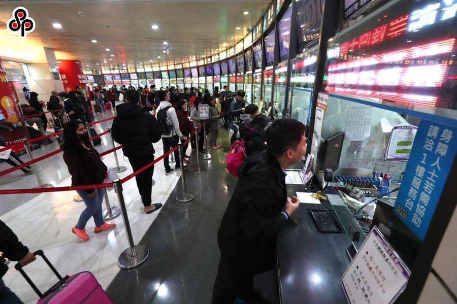 台北轉運站返鄉人潮。(本報系資料照)
