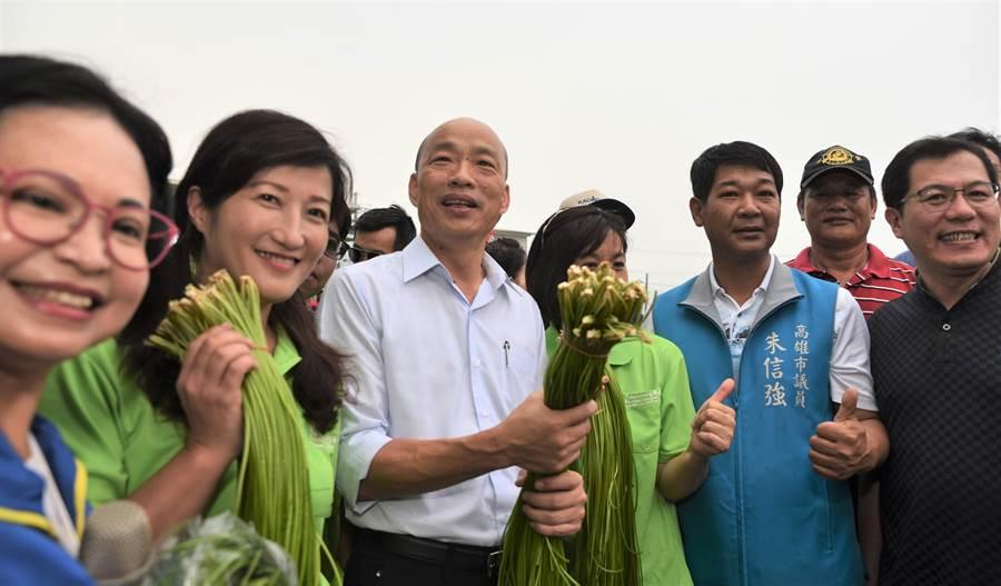 高雄市長韓國瑜(左三)關心水蓮業者的產銷情形。(林瑞益攝)