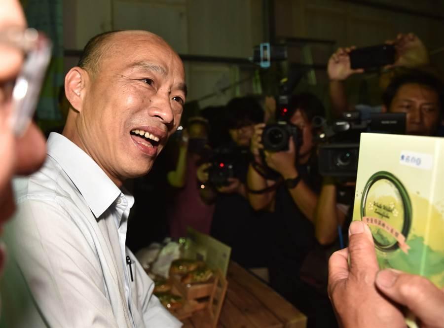 高雄市長韓國瑜對於頻頻被抹黑,是否需要面膜美白的問題,笑而不答。(林瑞益攝)