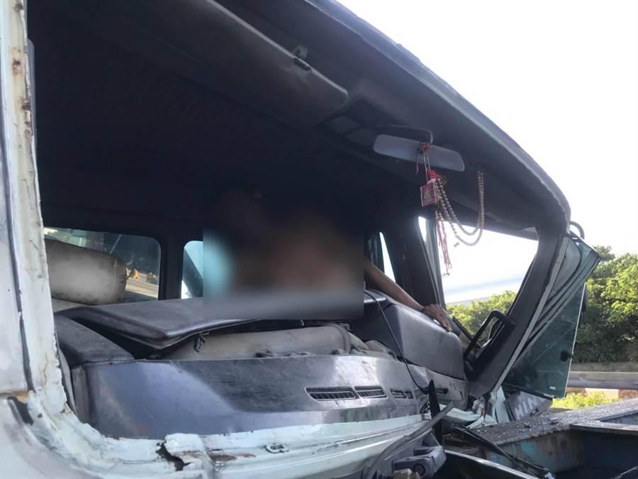大貨車追撞意外 一人卡車內已脫困送醫(翻攝照片/戴上容新北傳真)