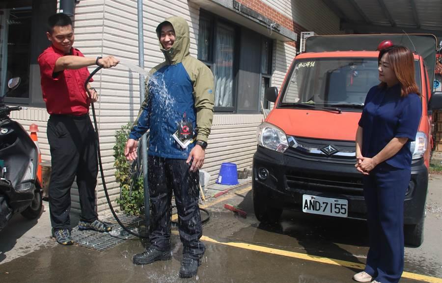 立法委員馬文君捐給消防分隊的高防水透氣登山雨衣、雨褲及登山鞋,經隊員試穿後馬上淋水測試,果然防水效果特佳並透氣。(楊樹煌攝)