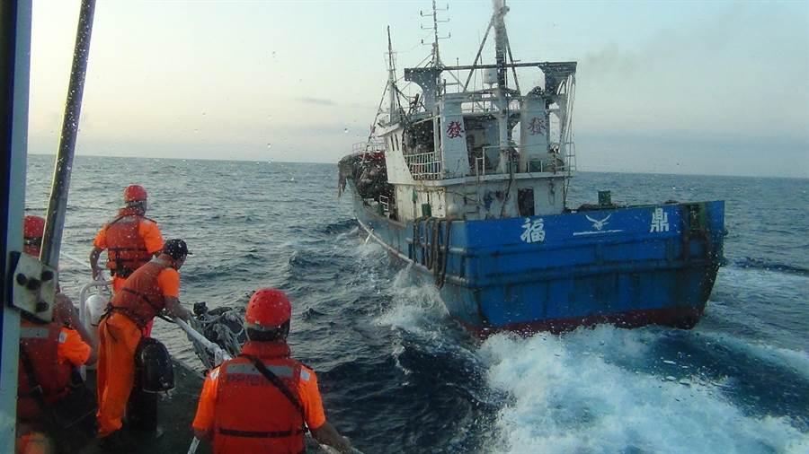 大陸籍漁船「閩福鼎」號涉越界在彭佳嶼海域作業,與海巡艇發生追逐。(海巡提供/許家寧基隆傳真)